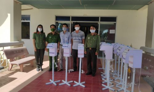 NTVC representatives donated the hand sanitizers to the Phan Rang-TC Department of Police.