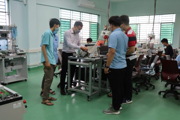 Mr Nguyen Trong Tin – LILAMA 2 master trainer instructs trainees to install and programme PLC to the requirements during the training Application of CPSi4.0 and Webserver Functions.