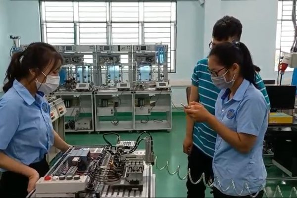 Trainees commission a remote control application via Webserver PLC S7, and control pneumatic cylinders from a smart phone.